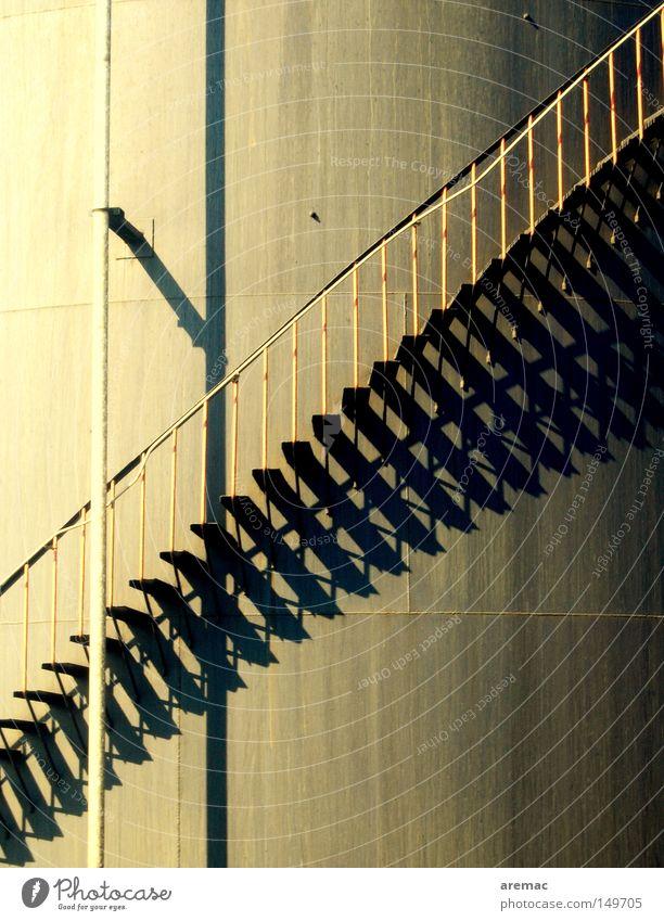 Aufschwung Industrie Treppe Erdöl Geländer Treppengeländer aufsteigen industriell Tank Silo Öltank