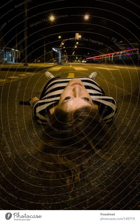 zebrastreifen Frau schön Gesicht Erholung Straße dunkel Haare & Frisuren Denken Schuhe warten liegen Verkehr Asphalt Schweiz Straßenbeleuchtung Verkehrswege