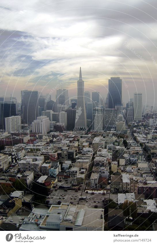 San Francisco Kalifornien Stadtzentrum Hochhaus Himmel Wolken Haus USA Stars and Stripes Amerika Aussicht Coit Tower Telegraph Hill Zoomeffekt Smog Herbst