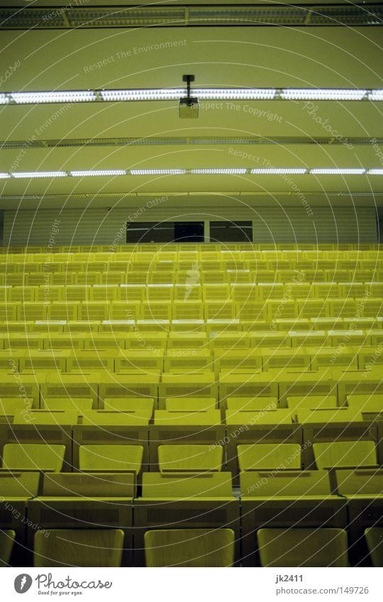 gemütliches Studieren 1 Einsamkeit gelb Raum leer Studium lernen retro Bank Bildung verfallen Sitzgelegenheit Symmetrie Saal Sitz Hörsaal Projektor