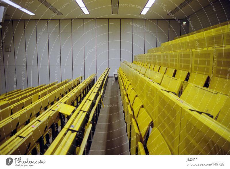 gemütliches Studieren 2 Einsamkeit gelb Raum leer Studium lernen retro Bank Bildung verfallen Kunstlicht Sitzgelegenheit Sitzreihe Kapitalwirtschaft Symmetrie Saal