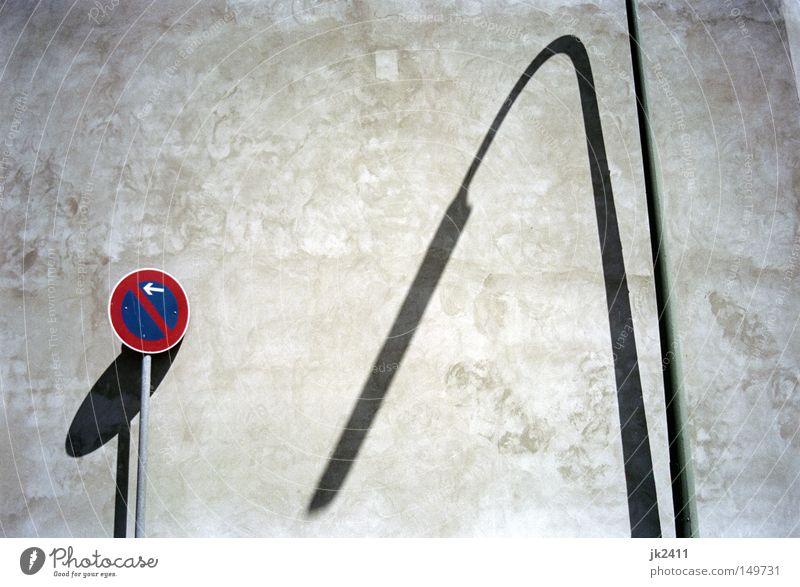 Halteverbot Lampe Wand grau Traurigkeit Mauer Linie Schilder & Markierungen Verkehr trist Laterne Richtung hängen parken Straßenbeleuchtung Verbote