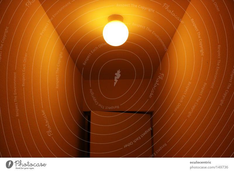 ein kommen und gehen... Lampe Flur Licht orange Gastfreundschaft Wärme eng Ferne Symmetrie Ecke Tür Hauseingang Zickzack Warum steht die Tür immer offen