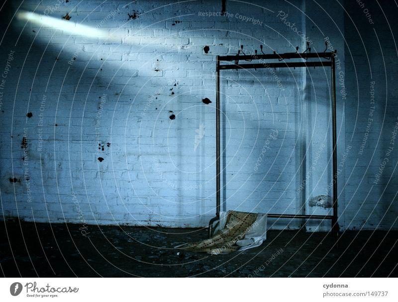 Der Letzte macht das Licht aus alt Sonne blau Einsamkeit Farbe dunkel Wand Gefühle Fenster Gebäude Raum Beleuchtung Hintergrundbild geschlossen Kommunizieren kaputt