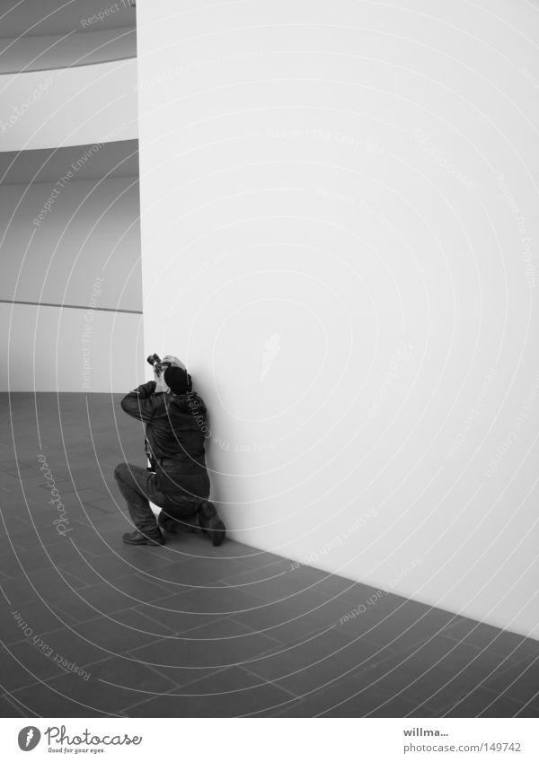 der kantenhocker Mann Fotograf Fotografieren Fotokamera Mensch Erwachsene Freizeit & Hobby Medien Architektur Linie hocken knien Wand Ecke Konzentration