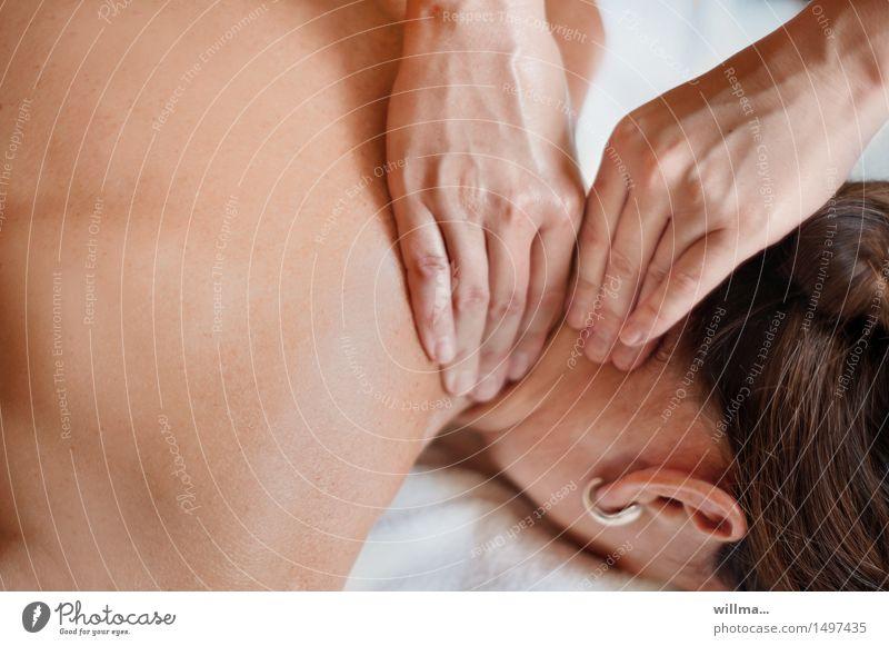 Nackenmassage Gesundheitswesen Behandlung Alternativmedizin Wellness Wohlgefühl Erholung ruhig Massage Therapeut Masseur Physiotherapeut Physiotherapie Frau