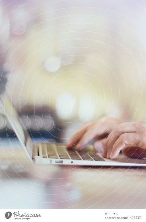 home office Arbeitsplatz Büro Medienbranche Business Computer Notebook Tastatur Technik & Technologie Fortschritt High-Tech Internet online Hand Kommunizieren