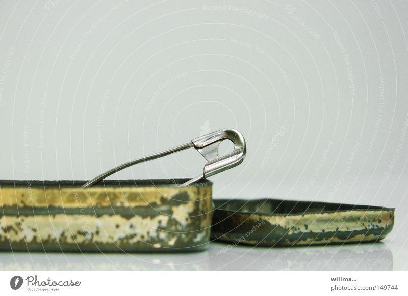 sicherheitsnadel in alter blechdose Metall offen Sicherheit Metallwaren einzeln Rost Dose Blech Schachtel Nadel Verschlussdeckel Verpackung gebraucht Schatz
