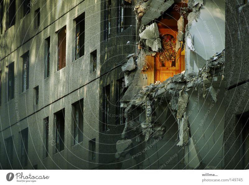 abriss plattenbau - der letzte macht das licht aus Plattenbau Haus Gebäude Abriss Abrissgebäude Wohnung Sanierung Wandel & Veränderung kaputt Ruine Explosion