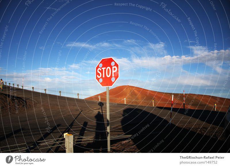 Schlafender Vulkan Hawaii stoppen Schilder & Markierungen Berge u. Gebirge Observatorium USA Amerika Insel Wüste Straße Zaun Schatten Himmel Stimmung Wolken