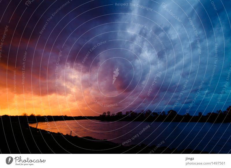 Der Himmel brennt Natur Landschaft Feuer Wasser Wolken Sonnenaufgang Sonnenuntergang schlechtes Wetter Sturm Fluss außergewöhnlich bedrohlich dunkel