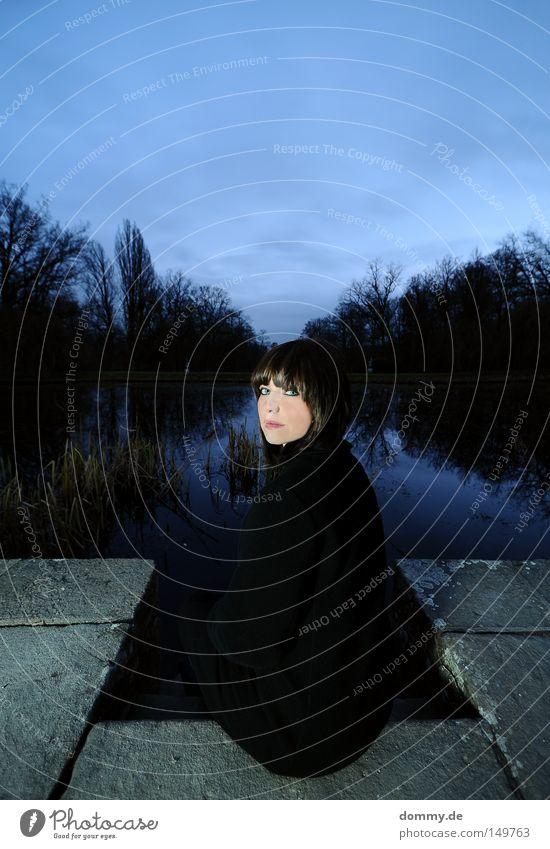 --_-- Frau schön Mantel sitzen kalt dunkel Frost Baum See Schilfrohr Abend Sonnenuntergang Wolken Himmel blau Wald Reflexion & Spiegelung Haut Mund Lippen Dame