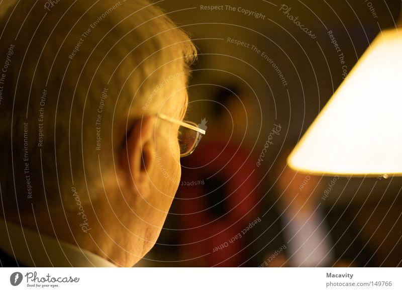 Lichtblick Mann alt ruhig Erholung Kopf Senior Haare & Frisuren Denken Lampe hell Zufriedenheit maskulin Brille Ohr beobachten Konzentration