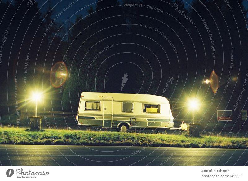01:22 uhr Straße Lampe Feld Schilder & Markierungen Verkehr Wohnwagen