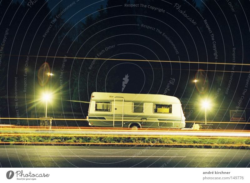 01:24 uhr Straße Lampe Feld Schilder & Markierungen Verkehr Streifen Wohnwagen