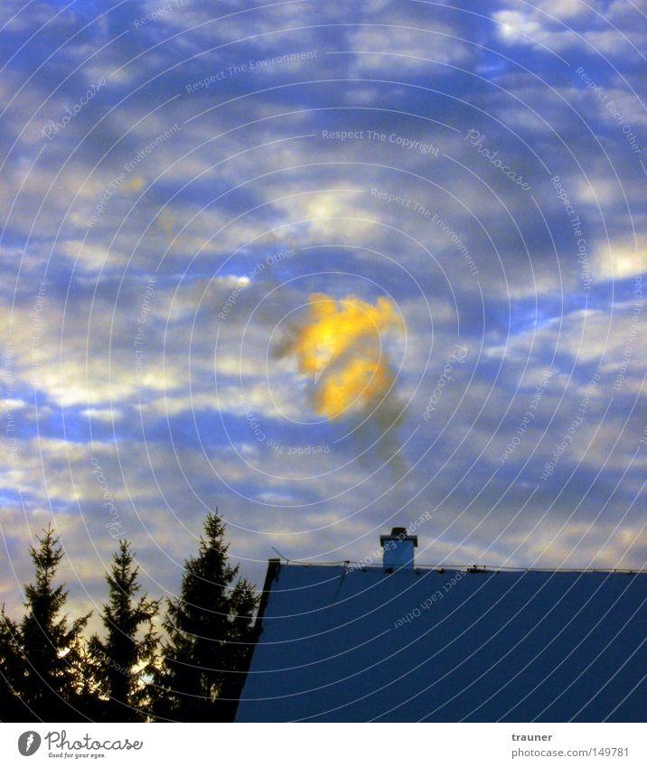 Wolken vs. Rauch Farbfoto Abend Dämmerung Licht Kontrast Sonnenlicht Gegenlicht ruhig Winter Schnee Haus Umwelt Natur Luft Himmel Klimawandel schlechtes Wetter