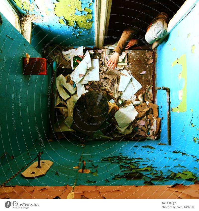 CAN ANYBODY HELP ME? Wand defäkieren Detailaufnahme Bad Toilette Papier Zeitung alt Raum Mensch krabbeln Arme ausgestreckt Schmerz dreckig Perspektive Farbe
