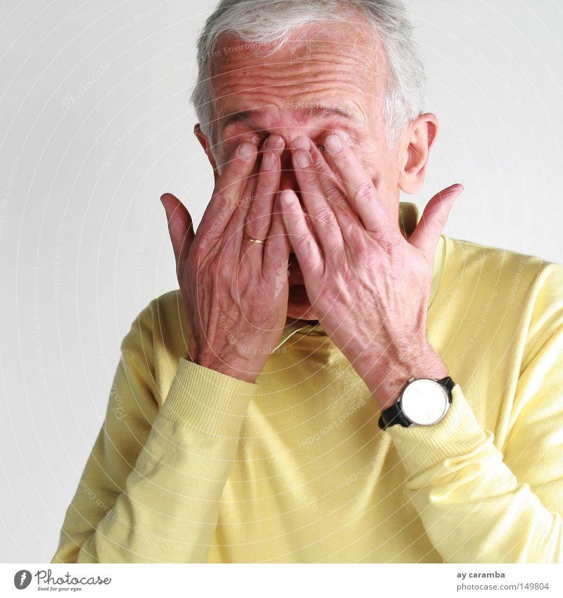 Was ist mit der [Zeit los] ? Mann Hand alt Senior gelb grau Sand Porträt Zeit schlafen Mensch Pause Uhr Vergänglichkeit Hautfalten Müdigkeit