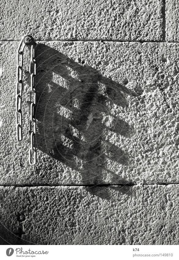 Kette Stahl Eisen Metall Schatten Wand anketten ankern befestigen binden festbinden retten Hund anleinen Verkehrswege Sicherheit Stahlkette