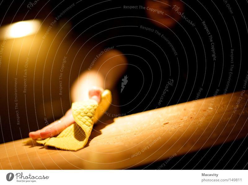 Schlussstrich Hand schwarz gelb dunkel Lampe Arme dreckig nass Ordnung Häusliches Leben Sauberkeit Reinigen geheimnisvoll Haushalt Staub fleißig