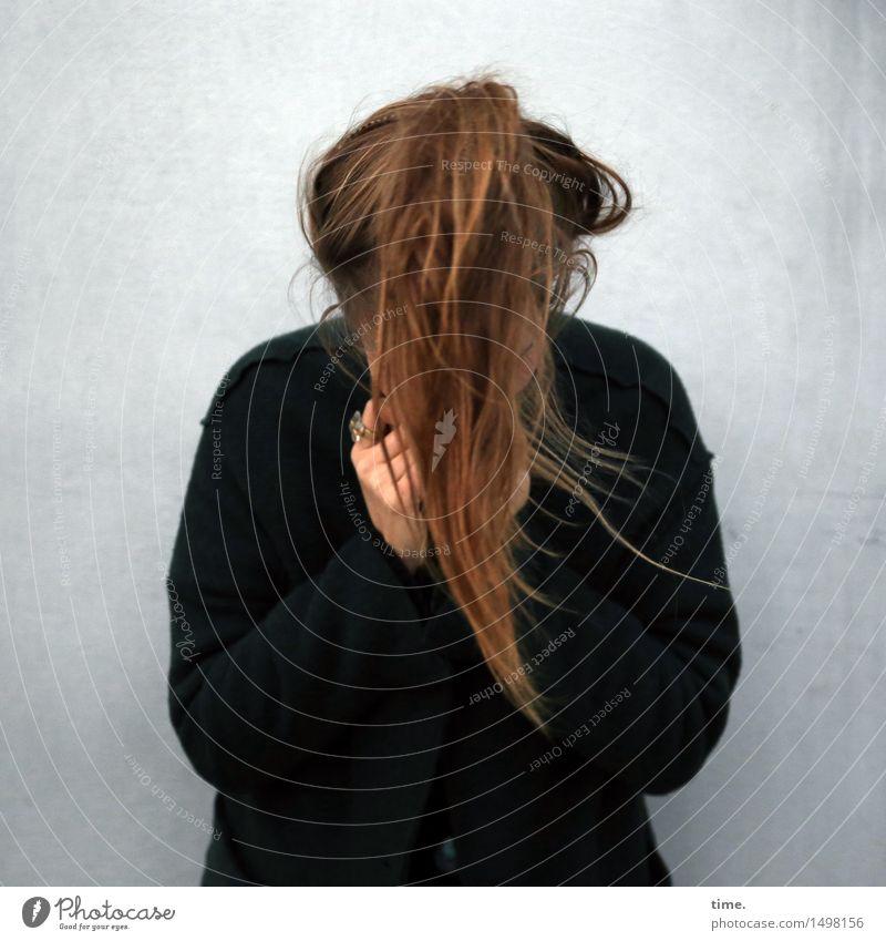 . feminin Frau Erwachsene Haare & Frisuren 1 Mensch Mauer Wand Pullover brünett langhaarig Zopf Bewegung fallen weinen Sicherheit Schutz Leben Traurigkeit Sorge