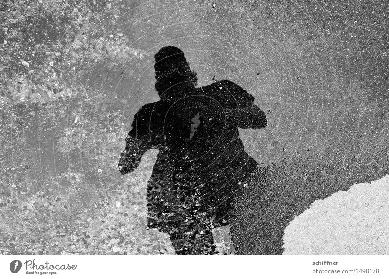 sw | wer hat Angst vorm schwarzen Mann? Mensch maskulin Junger Mann Jugendliche 1 grau weiß Pfütze Reflexion & Spiegelung Spiegelbild dunkel grauenvoll grausam