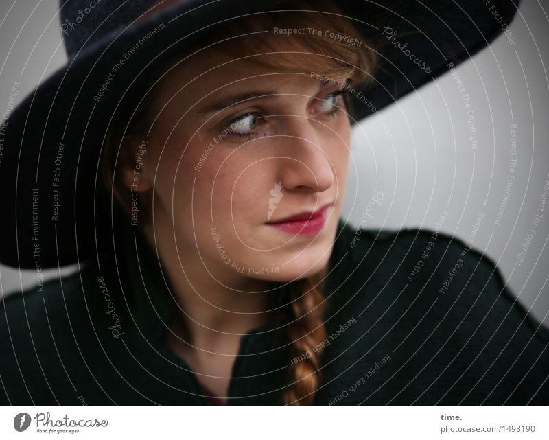 . feminin Frau Erwachsene 1 Mensch Jacke Hut rothaarig langhaarig Zopf beobachten Denken Blick warten schön selbstbewußt Willensstärke Wachsamkeit gewissenhaft