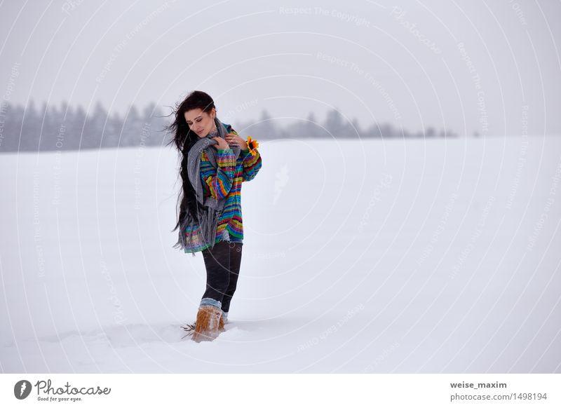 Ypung Frau in einer Strickjacke auf einem Winterweg Glück schön Ferien & Urlaub & Reisen Schnee wandern Junge Frau Jugendliche Erwachsene Körper Haut Kopf