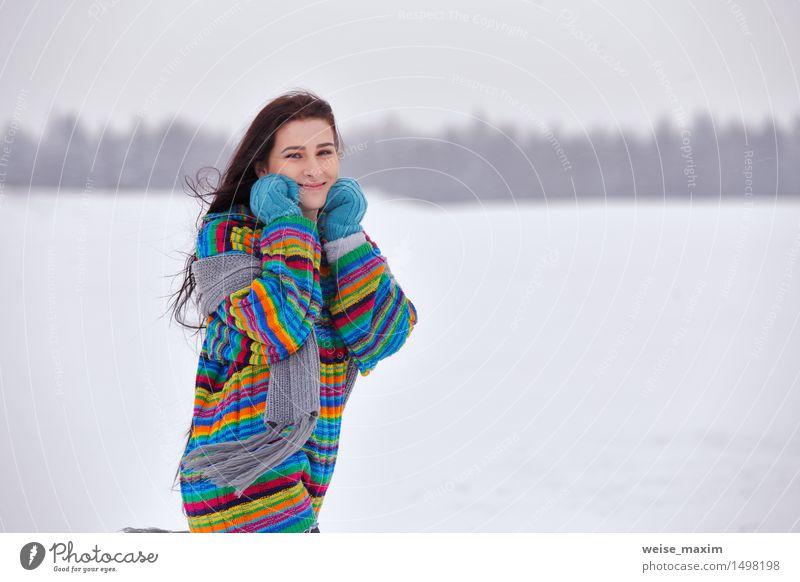 Junge Frau in einer Strickjacke auf einem Winterweg Glück schön Ferien & Urlaub & Reisen Schnee wandern Mensch Jugendliche Erwachsene Kopf Haare & Frisuren Arme