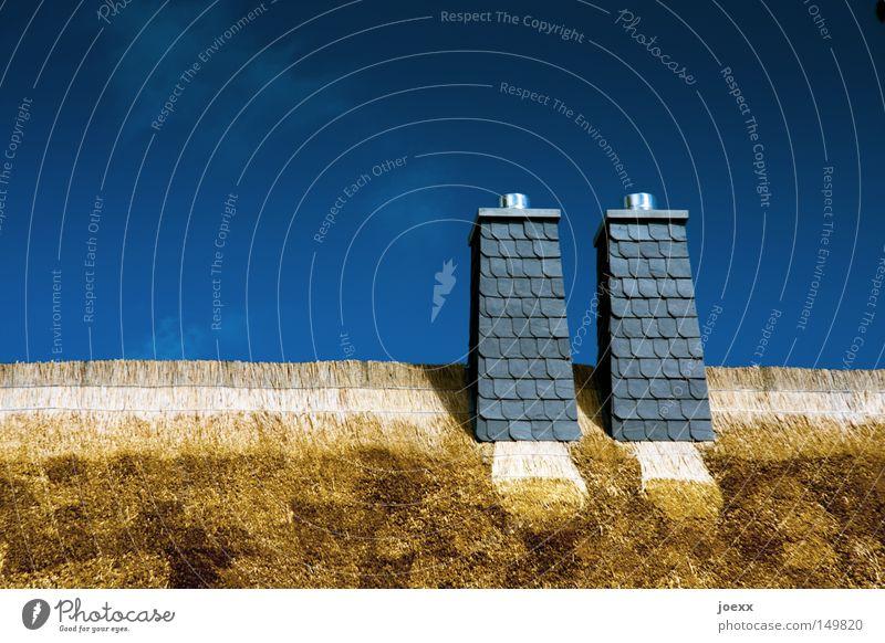 Doppelrohrauspuffanlage Himmel blau Sommer Haus Wärme Dach Röhren Schilfrohr Schornstein Stroh Dachziegel Riedgras Reetdach Strohdach Naturmaterial