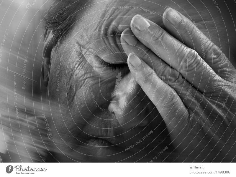 Kopfschmerzen, oder das große Vergessen Gesicht Krankheit Mensch Mann Erwachsene Männlicher Senior Hand alt Denken Traurigkeit Gefühle Sorge Trauer Müdigkeit