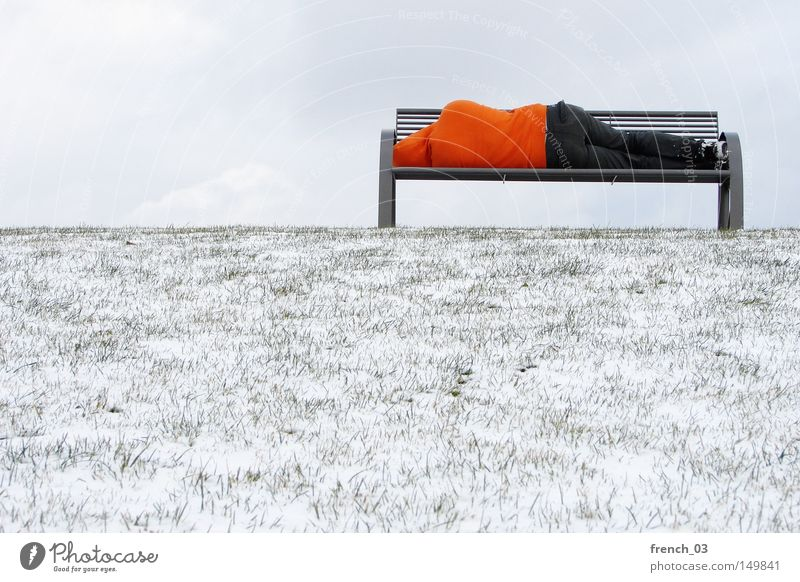 Bankenkrise II grün Einsamkeit ruhig Winter dunkel kalt Traurigkeit Wiese Schnee Herbst Gras Freiheit Beine Fuß Linie liegen