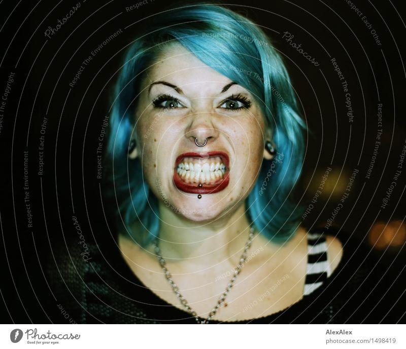 jetzt sei mal nicht gleich so aggressiv Freude Junge Frau Jugendliche Haare & Frisuren Gesicht Zähne 18-30 Jahre Erwachsene Punk Piercing langhaarig blauhaarig