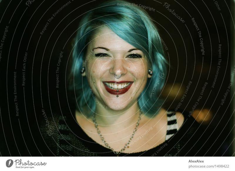 bleu Lifestyle Freude Feste & Feiern Flirten Junge Frau Jugendliche Haare & Frisuren Gesicht Grübchen 18-30 Jahre Erwachsene Piercing langhaarig blauhaarig