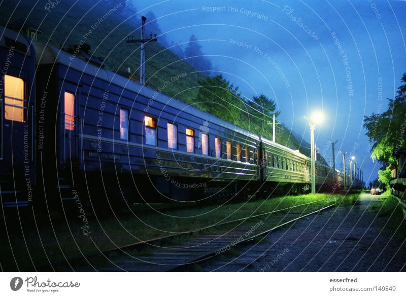 Nighttrain Nostalgie Russland Eisenbahn Verkehrsmittel Eisenbahnwaggon Gleise Laterne Abteilfenster Beleuchtung Abend blau mystisch Wolken ruhig Reisefotografie