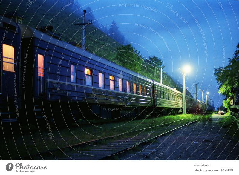 Nighttrain schön blau ruhig Wolken Beleuchtung Verkehr Eisenbahn Reisefotografie Asien Gleise Laterne Russland Nostalgie mystisch Abenddämmerung fremd