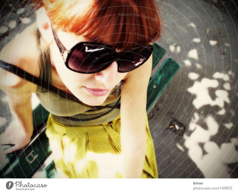 Sonnenschein Frau Sommer Frauen Perspektive Kontrast Sonnenbrille grün gelb Schatten Park orange