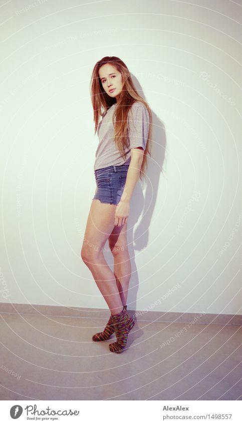 mit Socken von Oma Stil sportlich Wohlgefühl Junge Frau Jugendliche Gesicht Beine 18-30 Jahre Erwachsene Raum Wollsocke Strümpfe Hotpants T-Shirt brünett