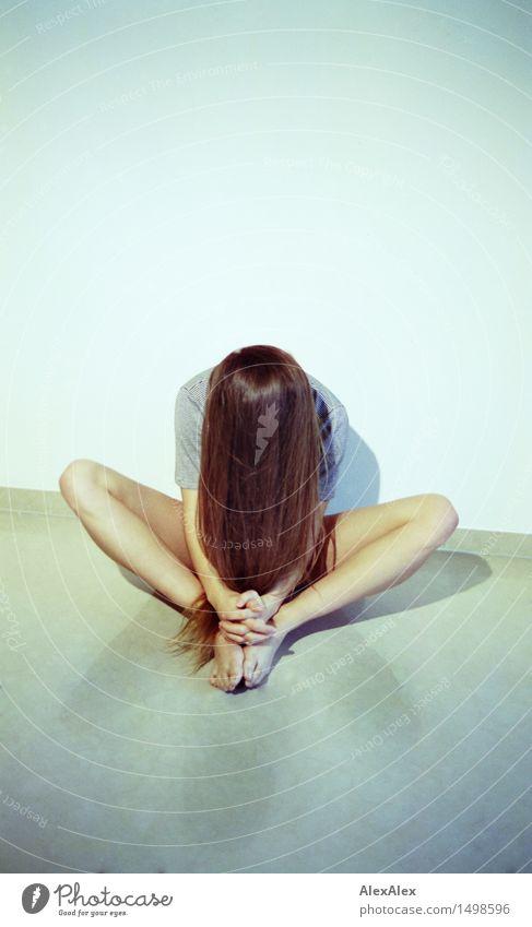 \||/ Stil sportlich Fitness Leben Meditation Yoga Junge Frau Jugendliche Haare & Frisuren Beine 18-30 Jahre Erwachsene brünett langhaarig sitzen ästhetisch