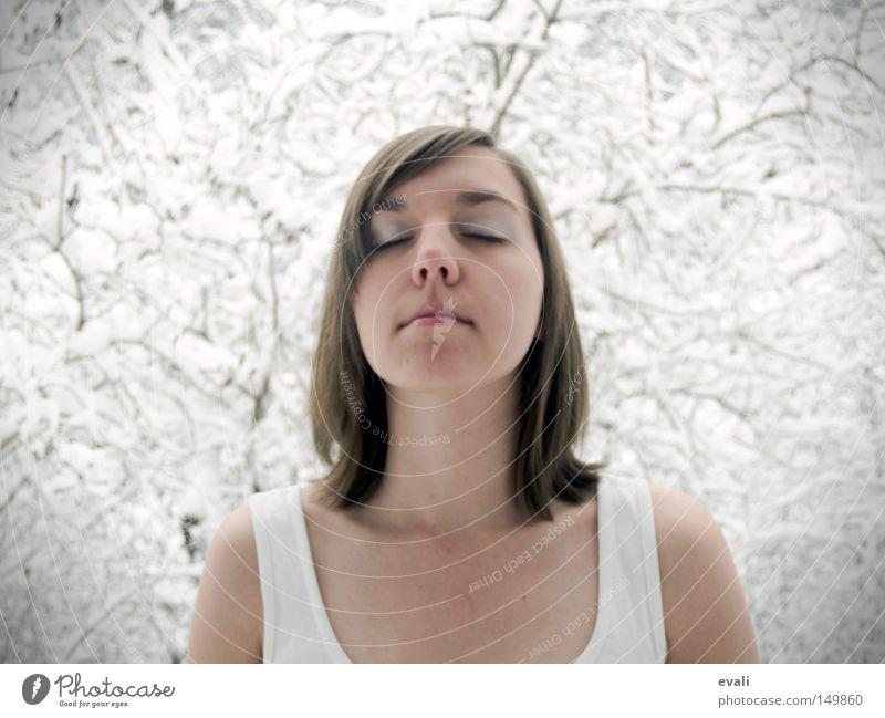 The first fall of snow is a magical event Porträt Frau geschlossene Augen Schnee Baum Ast T-Shirt kalt Winter November woman eyes closed trees
