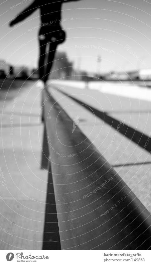 Balance halten Zufriedenheit Gleichgewicht Leichtigkeit Unbeschwertheit Schweben Mut geradeaus Unfallgefahr Linie Wege & Pfade Kies Stab