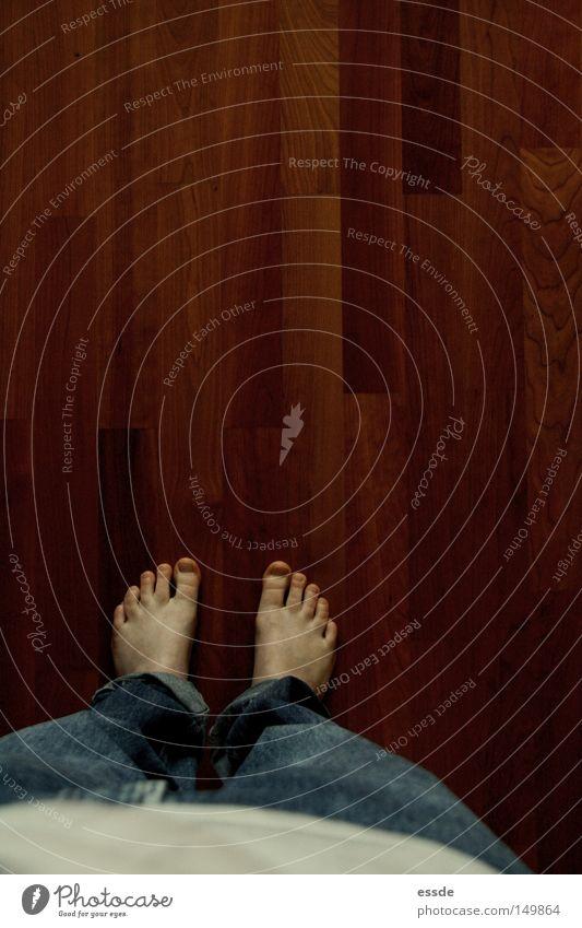 stillgestanden! Farbfoto Innenaufnahme Textfreiraum oben Vogelperspektive ruhig Schlafzimmer Frau Erwachsene Beine Fuß Jeanshose Holz blau braun Bodenbelag