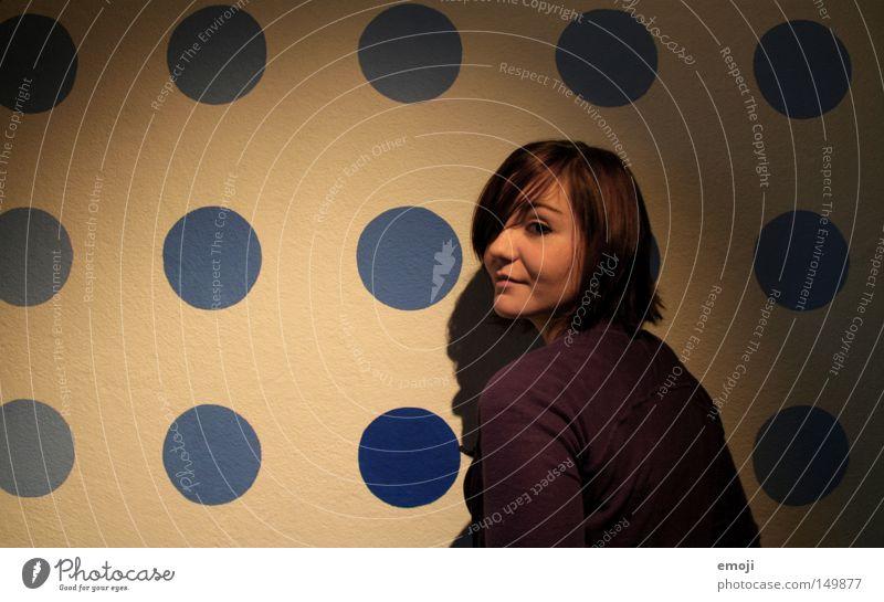 dotted Frau Mensch Jugendliche schön blau Gesicht Wand Glück lachen Fröhlichkeit süß Punkt Freundlichkeit Porträt