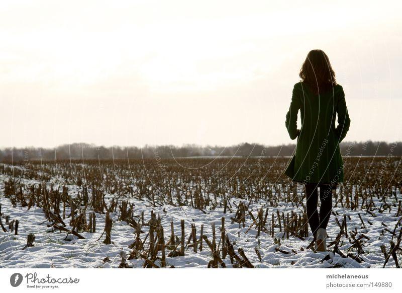 Fee, im Sommer, im Schnee. grün Feld Mais Maisfeld weiß Himmel Baum Hintergrundbild Mantel blond Haare & Frisuren gehen Schuhe Strumpfhose Sehnsucht Trauer