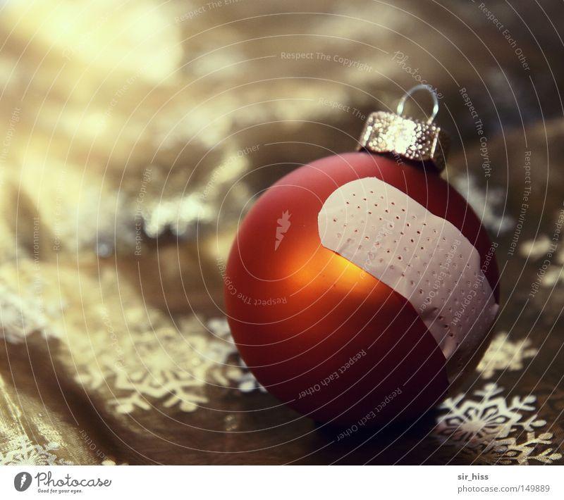 Heile Welt Weihnachten & Advent Christbaumkugel Weihnachtsdekoration kaputt gebrochen schäbig verschlissen alt banal Winter Vergänglichkeit heile Welt