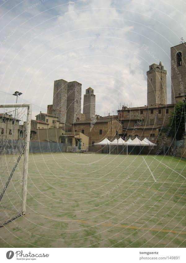 Abseits (der Menschenmassen in san gimignano) Tor Fußballplatz Fußballtor Turm San Gimignano Italien Toskana Ballsport