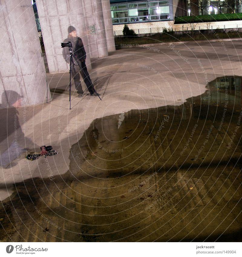 BLN08_Flut Fotokamera Mensch Mann Erwachsene 2 Winter Tiergarten Säule Mütze Beton Wasser beobachten Bewegung kalt Gefühle Zusammensein gewissenhaft Neugier