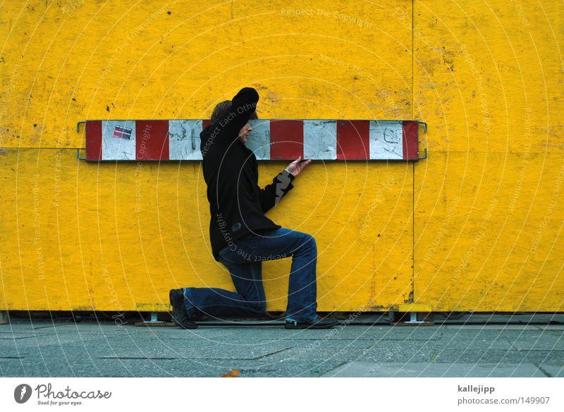 workaholic Mensch Mann weiß rot schwarz gelb Arbeit & Erwerbstätigkeit Schilder & Markierungen Rücken Barriere Baustelle Streifen festhalten Beruf stoppen Christliches Kreuz