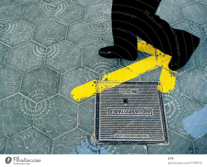 aigua potable Mann Wasser Farbe gelb Straße oben Sand Beine Schuhe gehen glänzend laufen Trinkwasser Bodenbelag Sauberkeit Pfeil