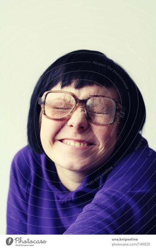 quatschkopf Junge Frau Jugendliche Erwachsene Pullover Brille lachen lustig braun violett dumm grinsen Zähne zeigen hornbrille Freak grübchen Falte Farbfoto